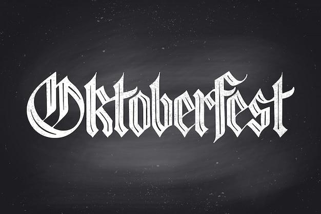 Lettrage Oktoberfest Pour L'oktoberfest Beer Festival. Lettrage Dessiné à La Main De La Police Fraktur Sur Tableau Noir Pour Le Menu Du Bar, L'impression De T-shirt Et Les Thèmes De La Bière. Célébration De L'oktoberfest. Illustration Vecteur Premium