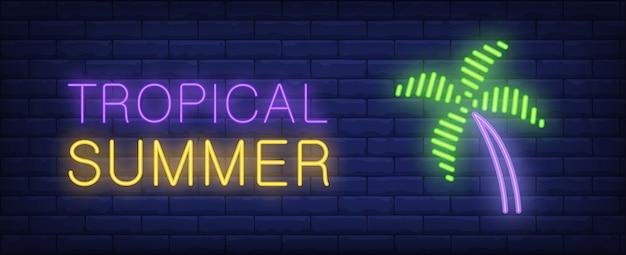 Lettrage de style néon tropical été. palm sur fond de brique. panneau de mur lumineux. Vecteur gratuit