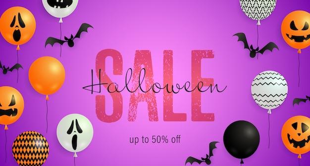 Lettrage de vente d'halloween avec des ballons de chauve-souris, de fantômes et de citrouilles Vecteur gratuit