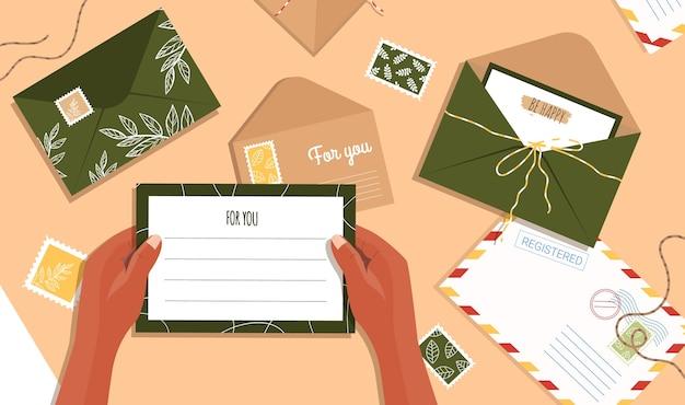Lettre à La Main. Enveloppes Et Cartes Postales Sur La Table. Vue De Dessus De L'espace De Travail. Vecteur Premium