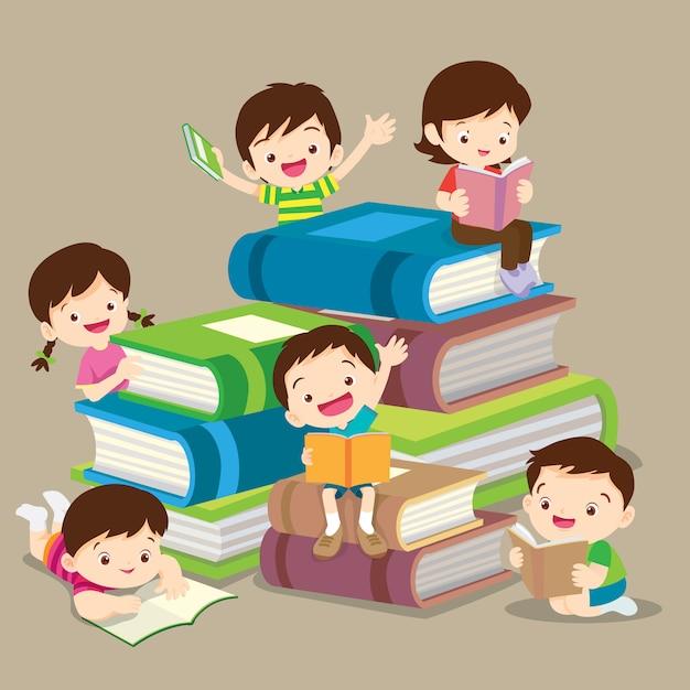 Livre de lecture garçon mignon et fille. lecture de groupe d'enfants Vecteur Premium