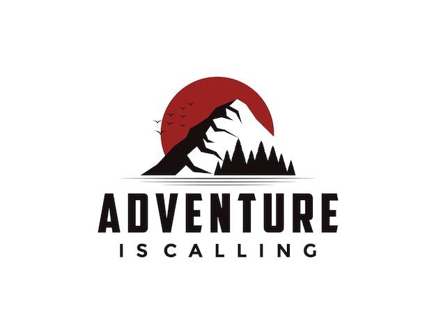 Logo D'aventure En Plein Air Avec Soleil, Montagne Et Pins Vecteur Premium