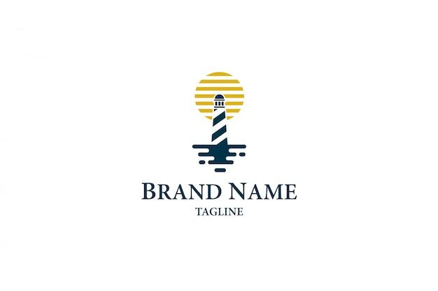 Logo phare avec lune sur la mer Vecteur Premium