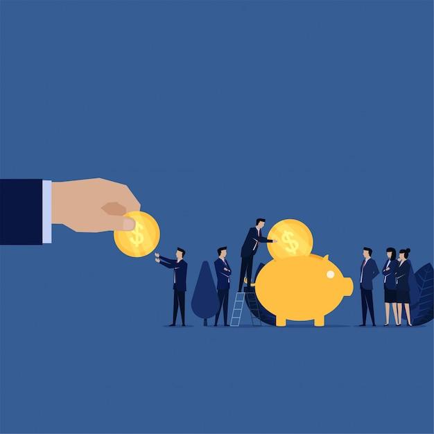 Main donner pièce à l'homme d'affaires mis sur la métaphore tirelire de l'épargne et des investissements. Vecteur Premium