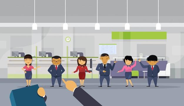 Main pointant le doigt sur un homme d'affaires sur un groupe de gens d'affaires asiatiques Vecteur Premium