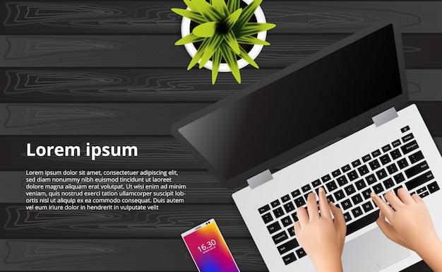 Main en tapant portable sur le bureau en bois avec illustration de téléphone, plante. Vecteur Premium