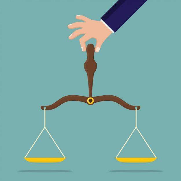 Main tenant la balance de la justice Vecteur Premium