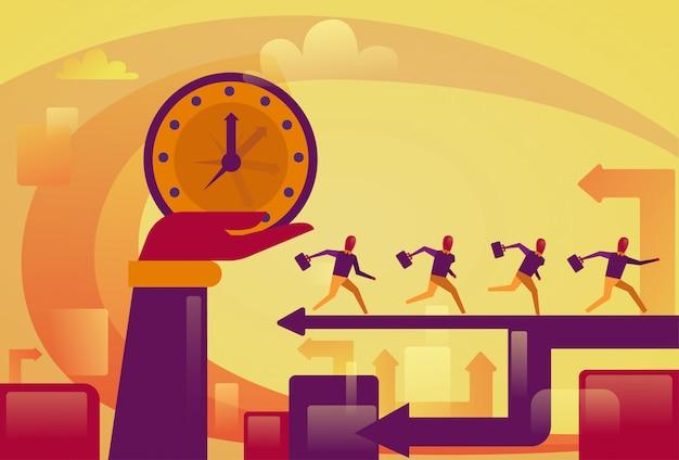 Main tenant big watch over concept de date limite de personnes en cours d'exécution bsuiness Vecteur Premium