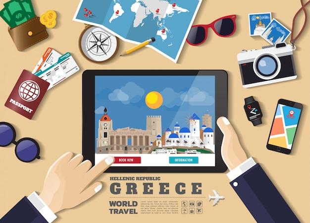 Main tenant la destination de voyage réservation tablette intelligente. lieux célèbres de la grèce. bannières concept vecteur dans un style plat avec l'ensemble des objets itinérants, accessoires et icône de tourisme. Vecteur Premium