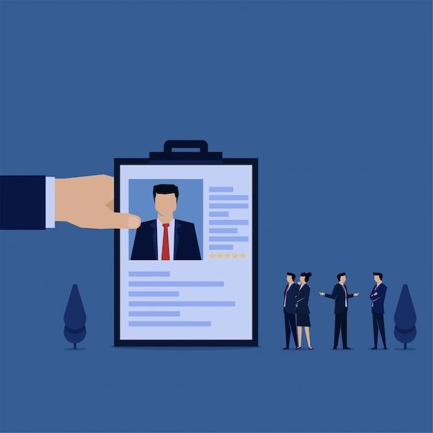 Main Tenue Cv Pour Le Nouvel Employé Et L'équipe Discutent Métaphore De L'embauche. Vecteur Premium