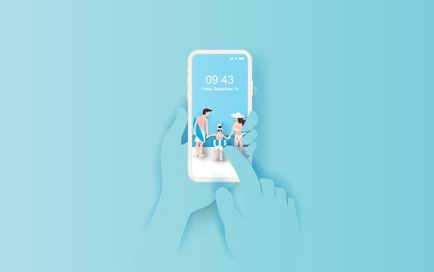 Main tient le smartphone avec l'été Vecteur Premium