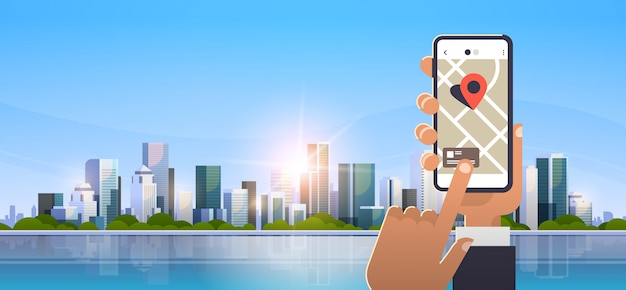 Main en utilisant l'application de carte mobile en ligne Vecteur Premium