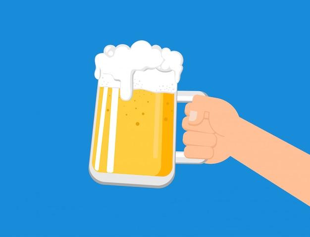 Mains tenant une chope de bière Vecteur Premium