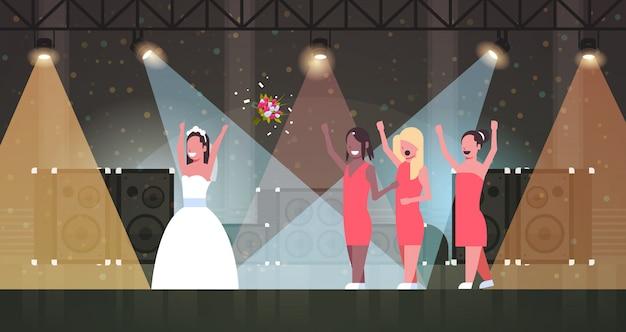 Mariée En Robe Blanche Jetant Un Bouquet Pour Les Demoiselles D'honneur Pour Attraper Les Filles S'amusant Sur Les Lumières De La Scène Effets Studio Disco Concept De Jour De Mariage Pleine Longueur Horizontale Vecteur Premium