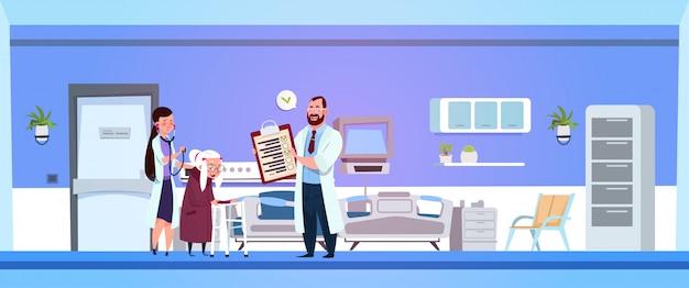 Un Médecin Et Une Infirmière Discutent D'une Ordonnance Vecteur Premium