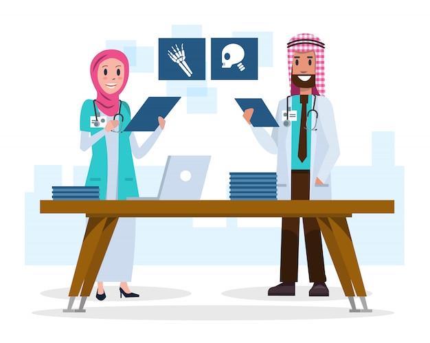 Médecins saoudiens de couple regardant des films radiographiques. Vecteur Premium