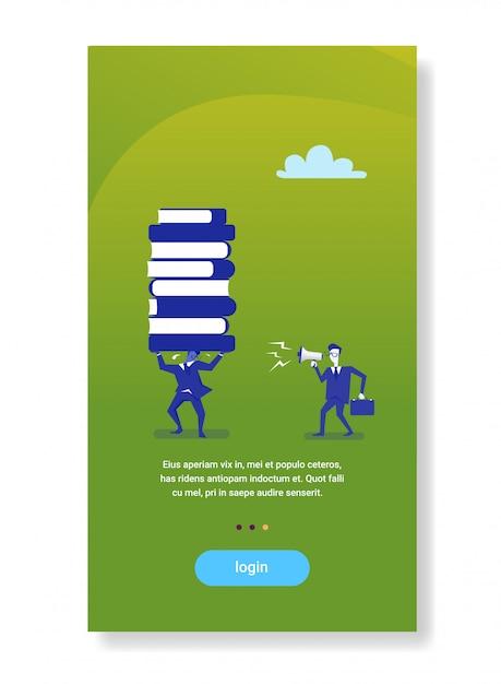 Mégaphone hurlant de patron d'homme d'affaires sur travailleur tenant des livres empilent le concept d'éducation commerciale Vecteur Premium