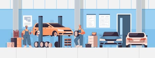 Mélanger La Mécanique De Course De Travail Et De Réparation De Réparation Automobile De Service De Voiture De Véhicule Et Vérifier L'illustration Vectorielle Horizontale Intérieure De Station D'entretien De Concept Vecteur Premium