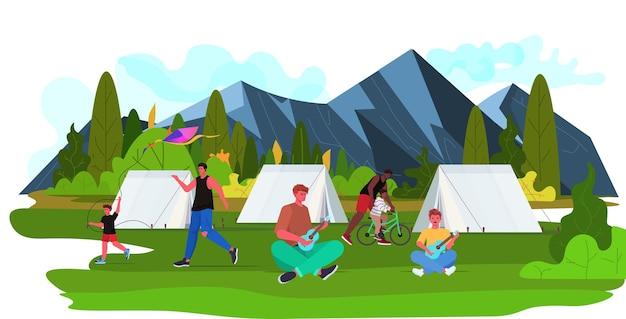 Mélanger Les Pères De Race Passer Du Temps Avec Les Enfants En Camping Voyage Parentalité Paternité Concept Fond Paysage Horizontal Pleine Longueur Vecteur Premium