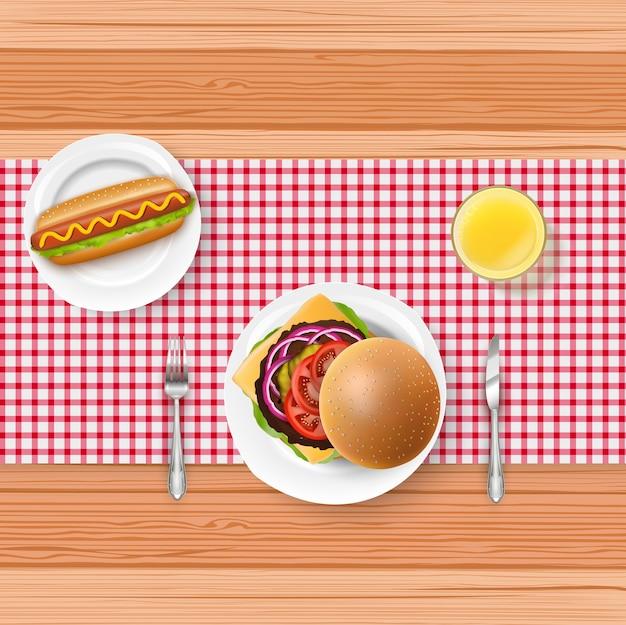 Menu de restauration rapide réaliste avec fourchette et couteau sur la table en bois Vecteur Premium