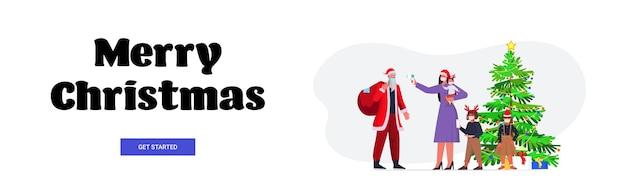 Mère Avec Enfants Vérifie La Température Corporelle Du Père Noël Coronavirus Quarantaine Auto-isolement Concept Nouvel An Vacances De Noël Célébration Bannière Vecteur Premium