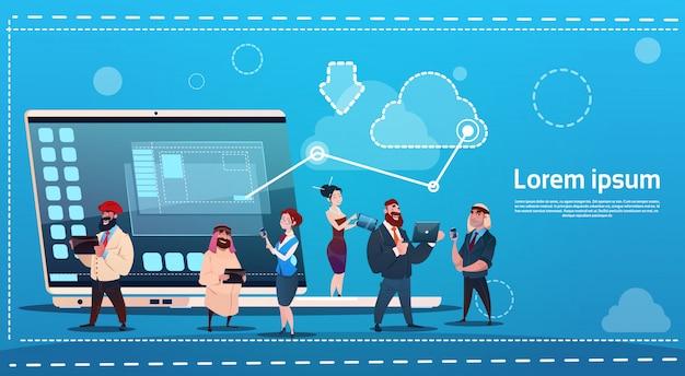 Mix race people group utilisant le concept de communication de réseau social de gadgets chat Vecteur Premium