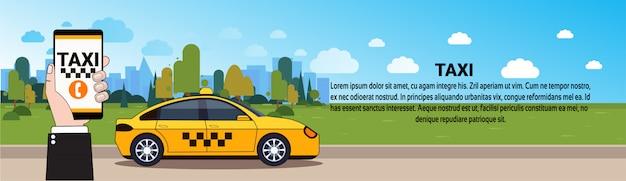 Mobile taxi service main tenant un téléphone intelligent avec l'application de la commande en ligne sur la voiture de taxi jaune sur la route modèle de bannière horizontale Vecteur Premium