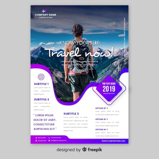 Modèle d'affiche de voyage avec homme regardant les montagnes Vecteur gratuit