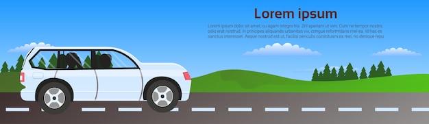 Modèle de bannière horizontale de route de voiture dans la nature sur paysage verdoyant Vecteur Premium