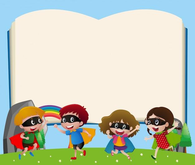 Modèle de bordure avec les enfants jouant au héros Vecteur gratuit