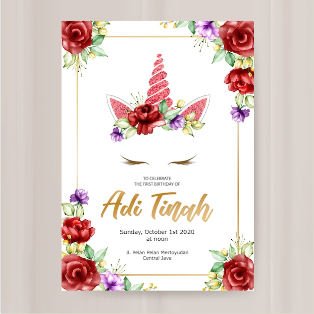 Modèle de carte invitation anniversaire, joli graphique de licorne avec une couronne de fleurs Vecteur Premium