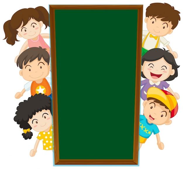 Mod le de tableau noir avec des enfants heureux dans le for Tableau noir pour enfant