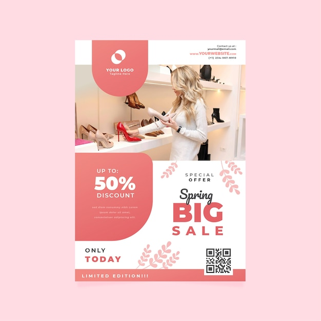 Modèle De Flyer De Vente De Printemps Avec Femme Regardant Des Chaussures Vecteur gratuit