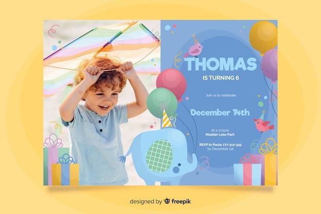 Modèle d'invitation anniversaire éléphant avec photo Vecteur gratuit