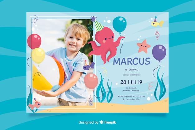 Modèle d'invitation anniversaire avec photo Vecteur gratuit