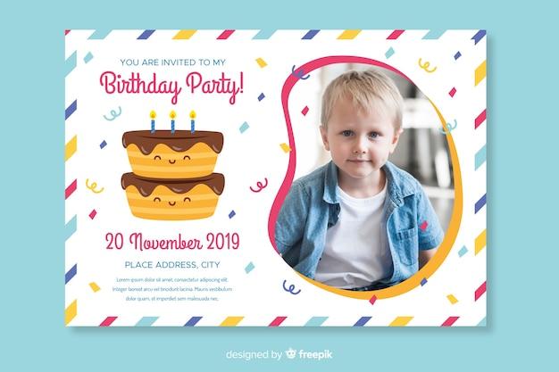 Modèle d'invitation d'anniversaire pour enfants avec photo Vecteur gratuit