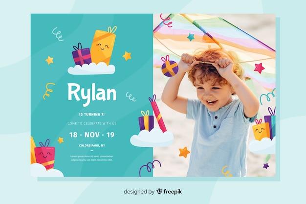 Modèle avec photo pour invitation d'anniversaire d'enfants Vecteur gratuit