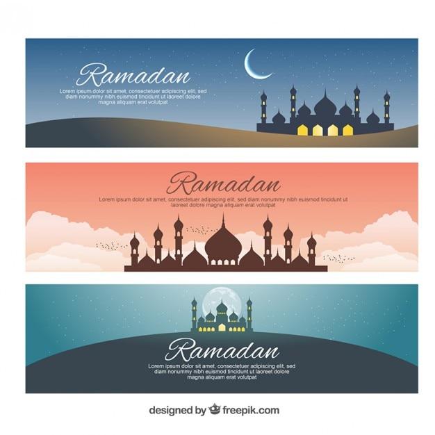 Les mosquées et les lunes bannières de ramadan Vecteur gratuit