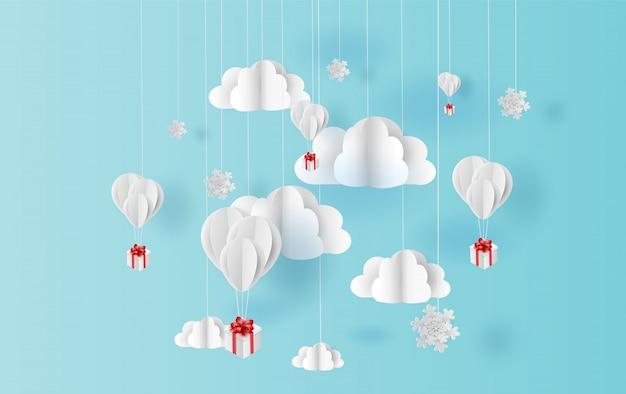 Noël de ballons et de neige flottant sur le ciel Vecteur Premium