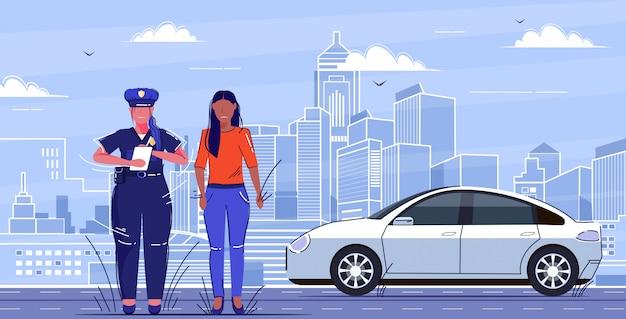 Officier De Police Féminin écrit Rapport Parking Amende Ou Excès De Vitesse Pour Triste Femme Afro-américaine Conducteur Circulation Routière Concept De Sécurité Concept Plat Pleine Longueur Paysage Urbain Vecteur Premium