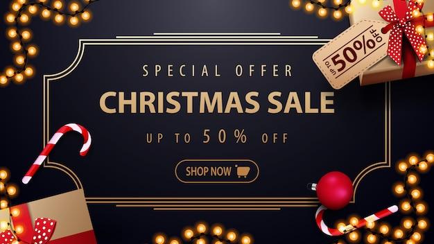 Offre spéciale: vente de noël jusqu'à 50% de réduction sur une bannière de réduction bleu foncé avec guirlande Vecteur Premium