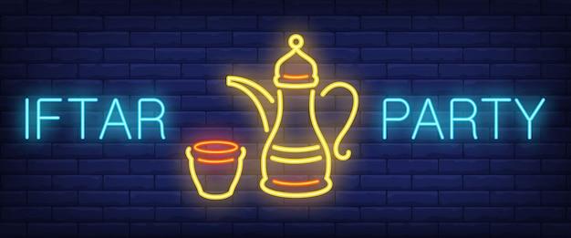Panneau de fête iftar. lettrage rougeoyant et théière orientale Vecteur gratuit