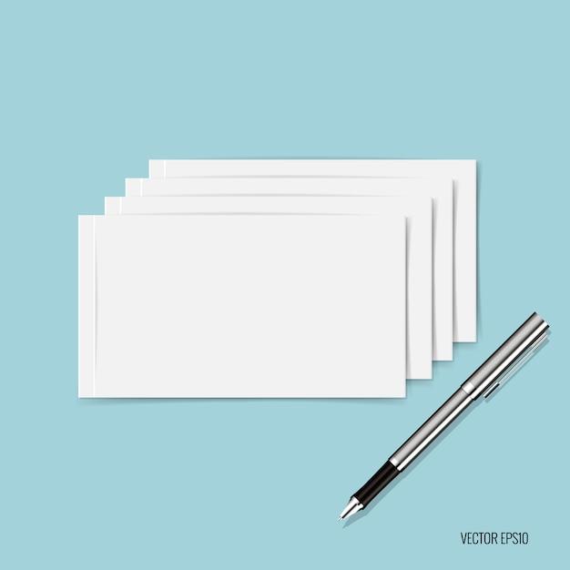 Papiers blancs et stylo sur fond bleu Vecteur gratuit