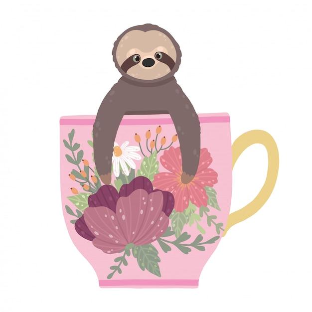 Paresseux mignon assis dans une tasse de thé de belle fleur isolé sur fond blanc. Vecteur Premium