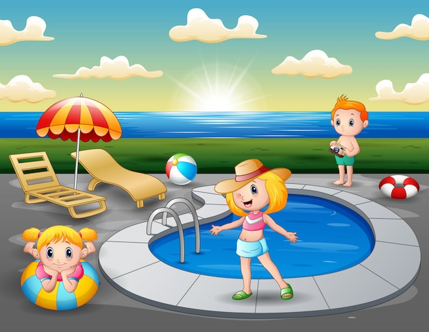 Paysage de plage avec des enfants au bord de la mini piscine Vecteur Premium