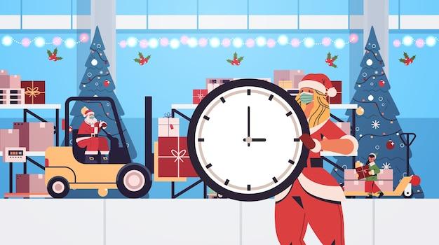 Père Noël Avec Elfe Et Santa Femme Préparer Des Cadeaux Sur Bonne Année Joyeux Noël Vacances D'hiver Célébration Concept Atelier Intérieur Illustration Vectorielle Horizontale Vecteur Premium