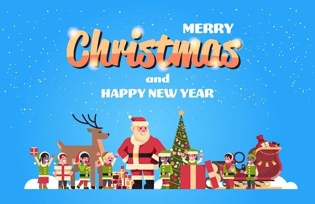 Père noël elfes renne près de sapin décoration cadeau boîte noël vacances nouvel an concept plat horizontal Vecteur Premium
