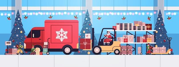 Père Noël En Masque Chariot élévateur Chargement Des Cadeaux Colorés En Camion Camion Joyeux Noël Bonne Année Concept De Livraison Express Illustration Vectorielle Horizontale Vecteur Premium