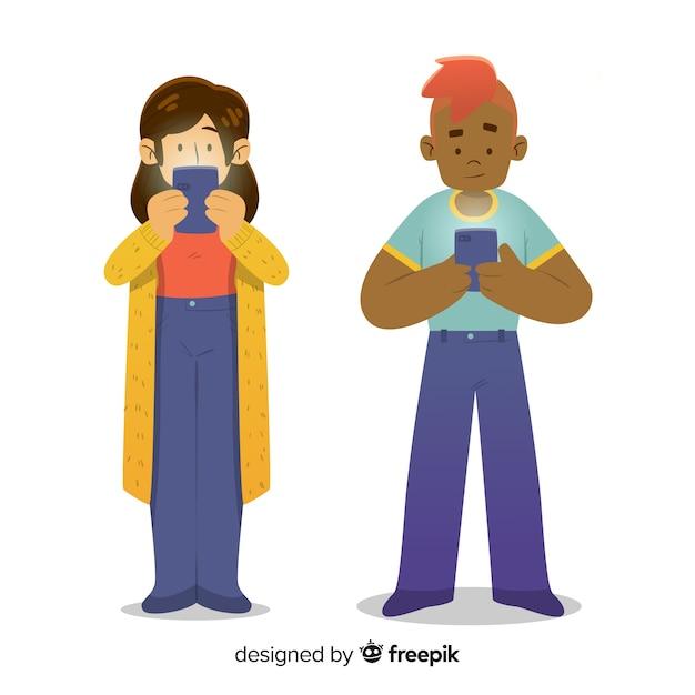 Personnes dessinées à la main à l'aide de la collection de smartphones Vecteur gratuit