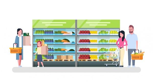 Personnes faisant des emplettes dans l'épicerie, marché client, concept de vente de supermarché Vecteur Premium
